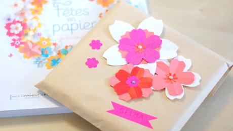 décorer ses paquets cadeaux avec des fleurs